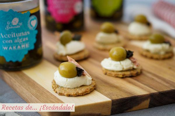 Receta de canapes de galletas saladas caseras con queso crema al wasabi y aceitunas