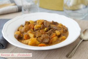 Estofado de ternera con patatas y verduras. Receta de carne en salsa