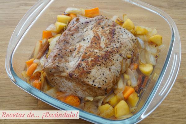 Lomo de cerdo con manzana y verduras