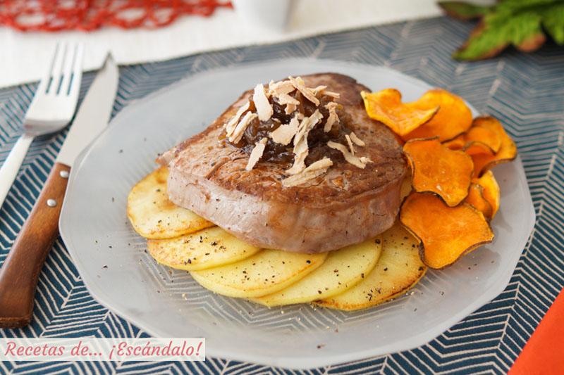Solomillo de ternera a la plancha con chips de boniato, cebolla caramelizada y foie micuit