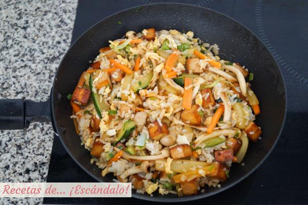 Wok de verduras, arroz y tofu marinado