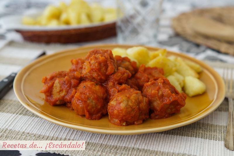 Albondigas de carne con salsa de tomate casera y patatas salteadas