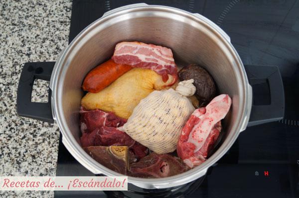 Carnes, huesos y garbanzos para el cocido madrileno