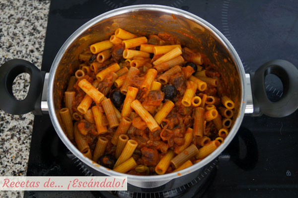 Pasta con verduras caponata siciliana