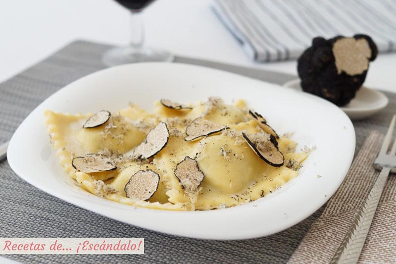 Raviolis De Pasta Fresca Casera Rellenos De Requesón Con Trufa De Verano