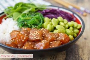 Poke bowl de salmon, la ensalada hawaiana saludable y rica