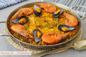 Paella mixta con marisco, carne y verduras. Receta de arroz deliciosa