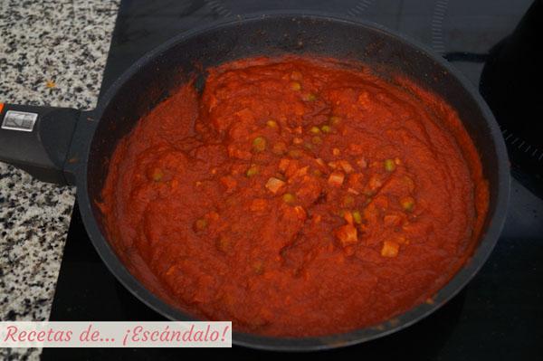 Salsa de tomate con jamon y guisantes