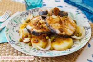 Merluza a la gallega con ajada, patatas y guisantes. Receta tradicional