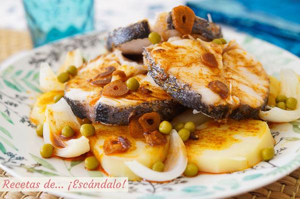 Receta de merluza a la gallega con ajada, patatas y guisantes