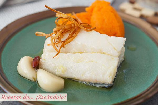 Receta de bacalao confitado con ajos, puerro crujiente y pure de calabaza