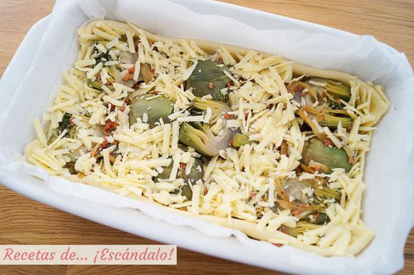 Como hacer una tarta salada de hojaldre con alcachofas, jamon serrano y queso cheddar