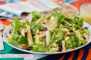 Ensalada de escarola con bonito, esparragos y vinagreta de huevo y mostaza