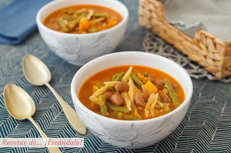 Sopa minestrone de verduras con pasta y alubias. Receta tradicional