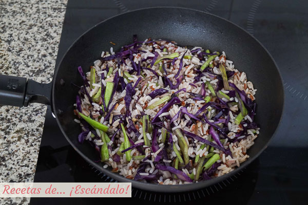 Arroz blanco con verduras salteadas