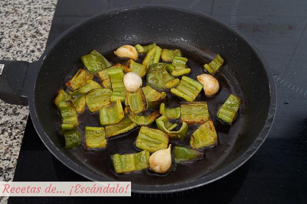 Pimiento verde y ajos para migas de pastor