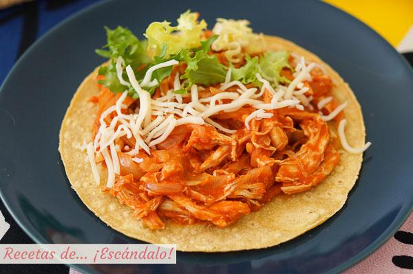 Como hacer tostadas de tinga de pollo. Receta mexicana deliciosa y sencilla