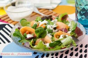 Ensalada de salmon con salsa fria de roquefort, una combinacion deliciosa