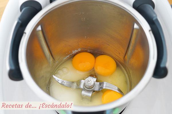 Huevos y azucar para bizcocho thermomix