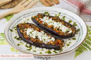 Berenjenas rellenas de atun y verduras con queso de cabra y aceite de albahaca