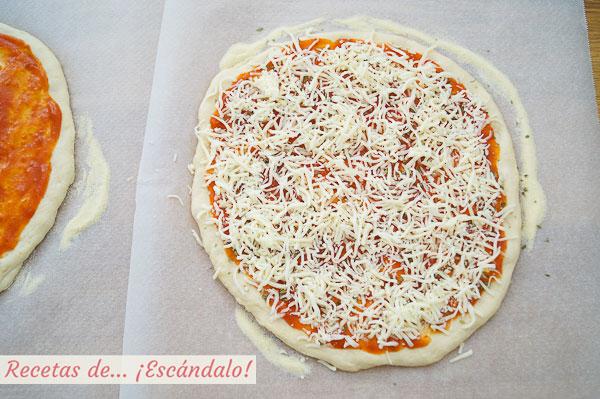 Pizza casera con tomate y queso