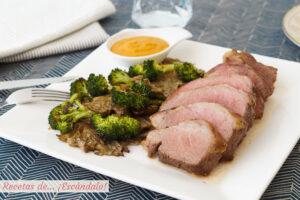 Presa iberica de cerdo al horno con setas y brocoli y salsa romesco