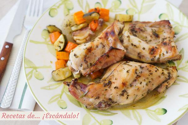 Receta de conejo al horno con romero y verduras asadas, sencilla y deliciosa