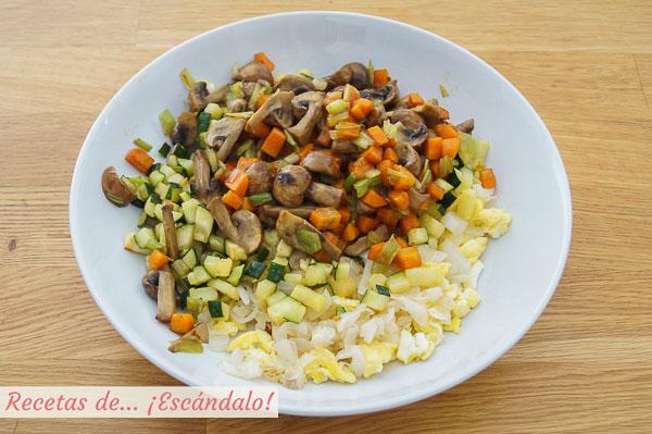 Verduras y huevo para yakimeshi