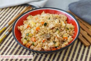 Yakimeshi o arroz frito al estilo japones con pollo y verduras