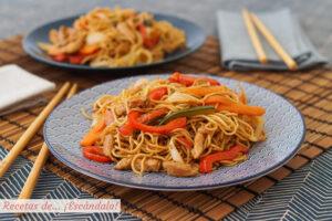 Chow mein de pollo y verduras, unos fideos chinos salteados riquisimos