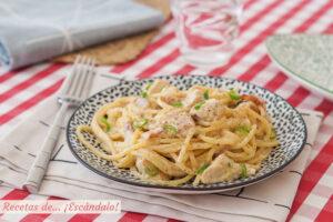 Espaguetis con pollo y bacon cremosos. Receta de pasta deliciosa