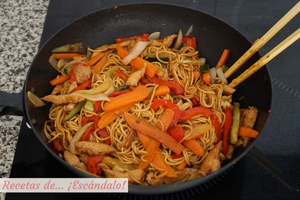 Fideos chinos salteados o chow mein