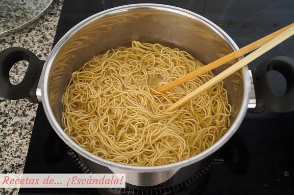 Noodles o fideos de huevo deshidratados