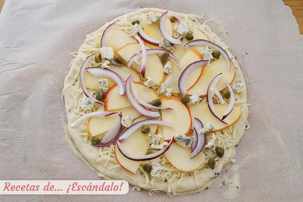 Ingredientes pizza manzana, queso azul y cebolla roja