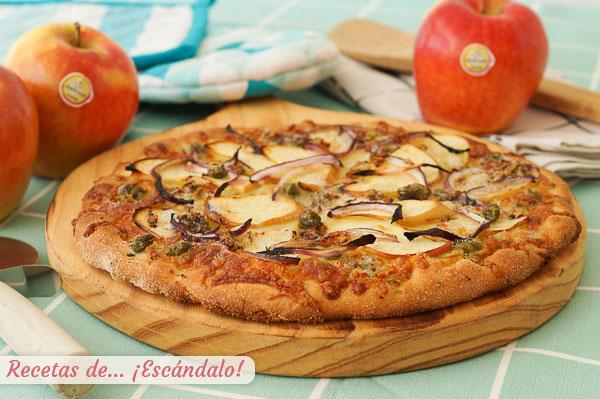 Receta de pizza de masa casera con manzana, queso azul y cebolla roja