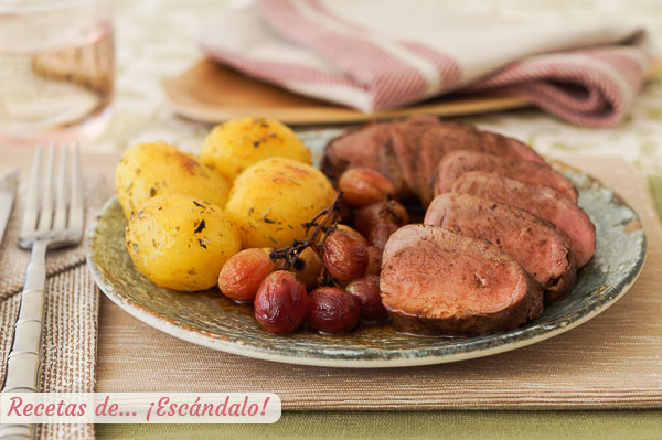Receta de solomillo de cerdo iberico al horno con uvas y patatas con mantequilla de hierbas
